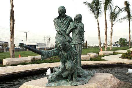 Image result for tưọng đài Thuyền Nhân Việt nam